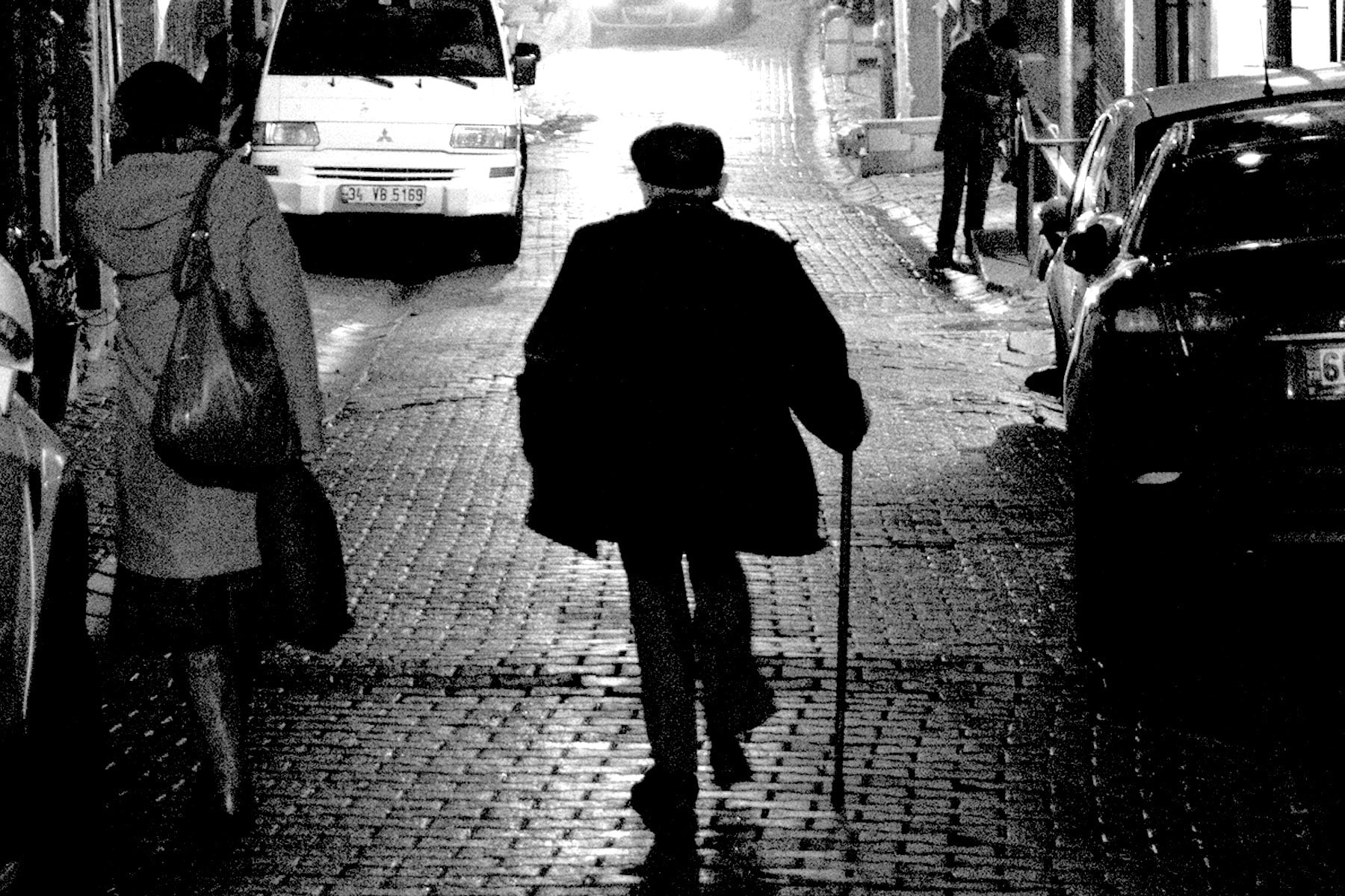 Oruç Güvenç Beyoğlu'nda bir sokakta. İstanbul, 2014.