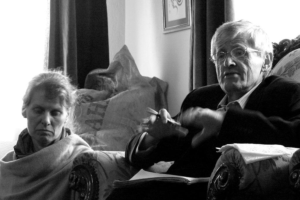 Rahmi Oruç Güvenç ve eşi Azize Güvenç sohbet sırasında. 17 Aralık 2005, Konya, Türkiye